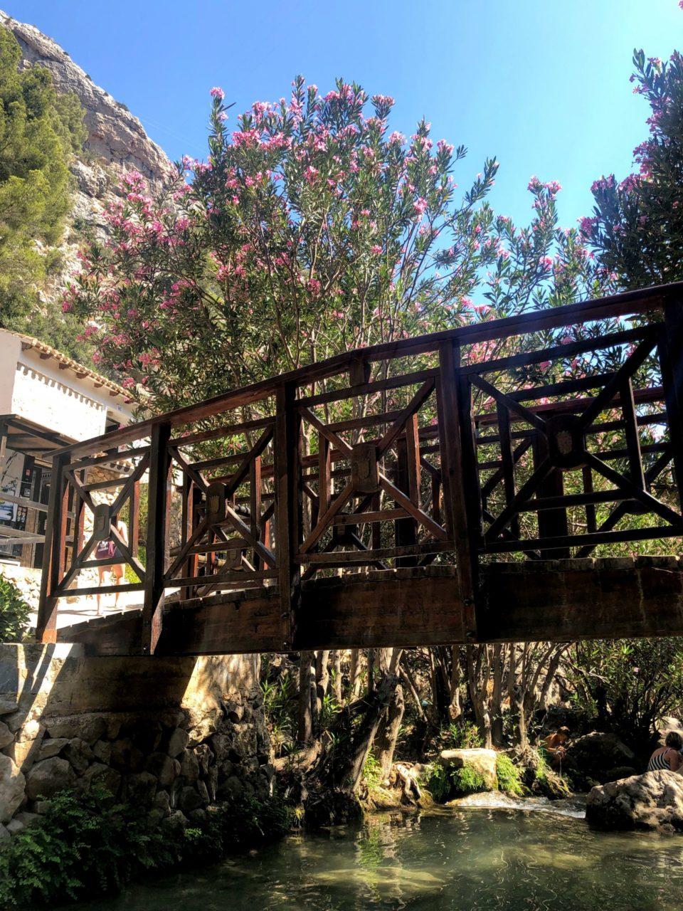 Mostek nad rzeką
