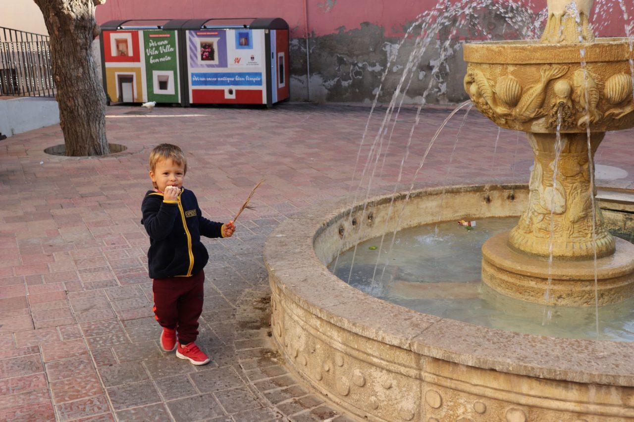 Tomek przy fontannie w Villajoyosa